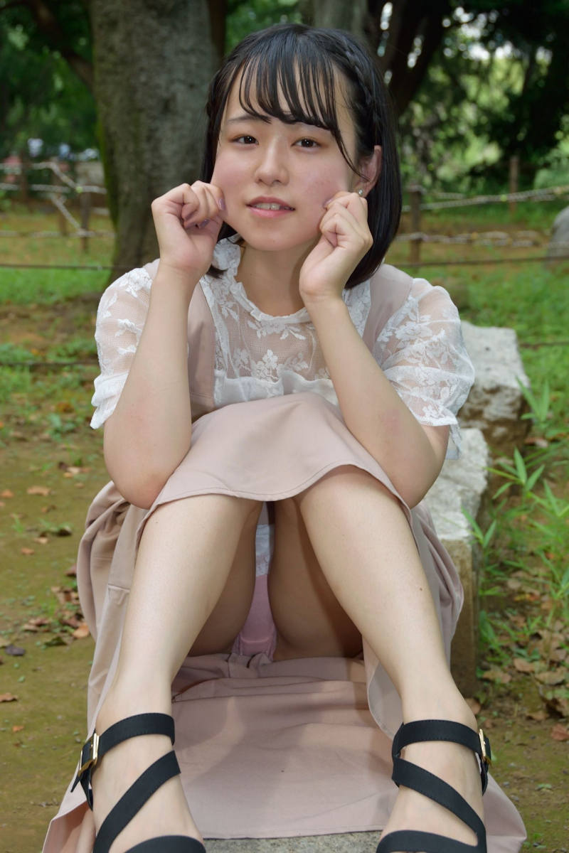 ロングスカート 座りパンチラ エロ画像 【2】