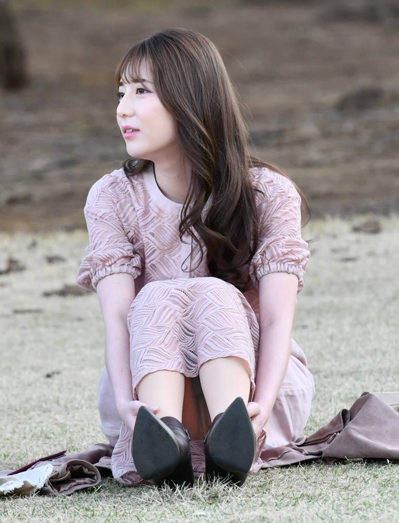ロングスカート 座りパンチラ エロ画像 【8】