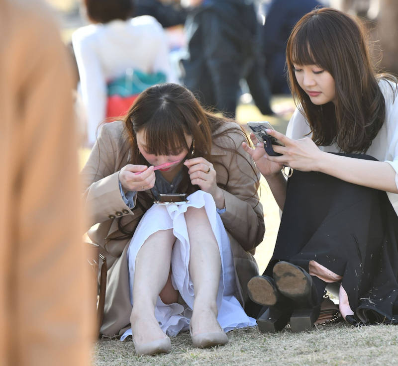 ロングスカート 座りパンチラ エロ画像 【11】