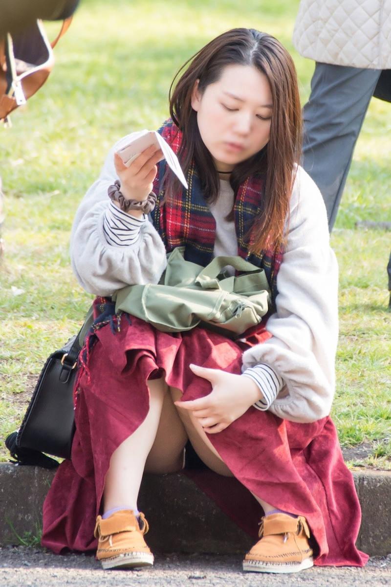 ロングスカート 座りパンチラ エロ画像 【14】