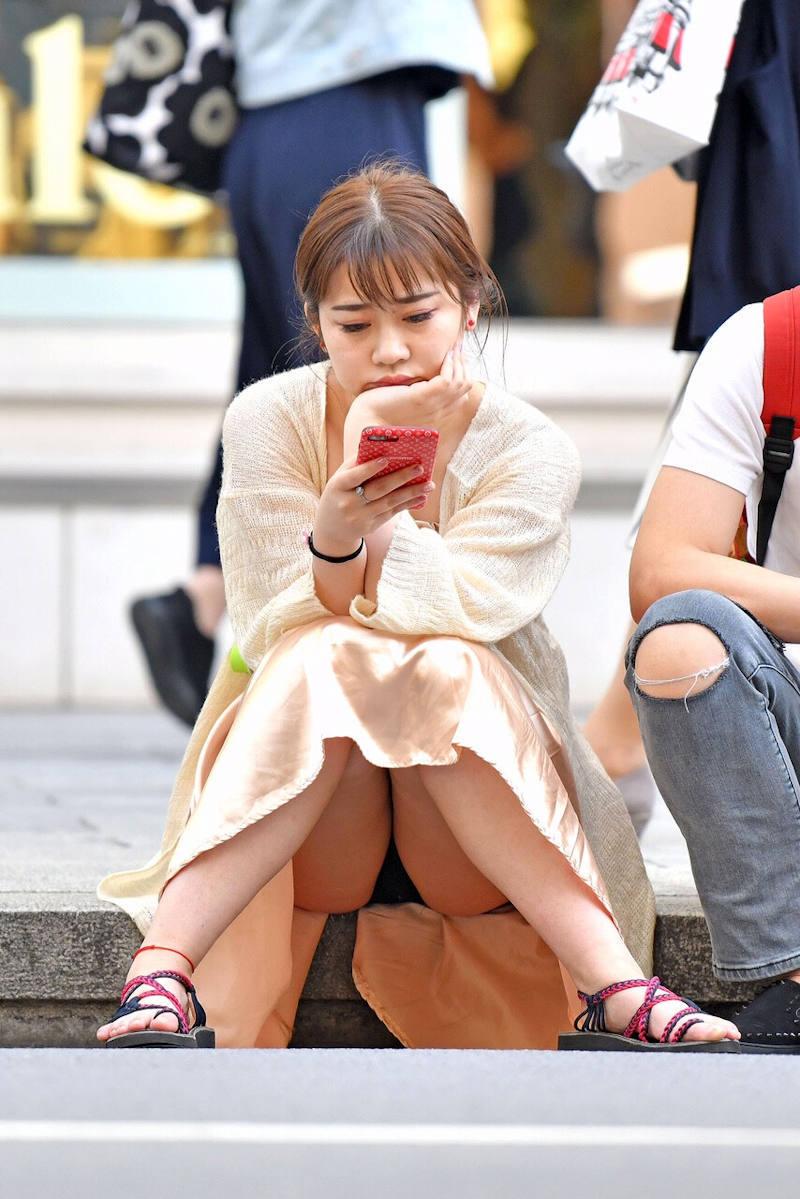 ロングスカート 座りパンチラ エロ画像 【21】