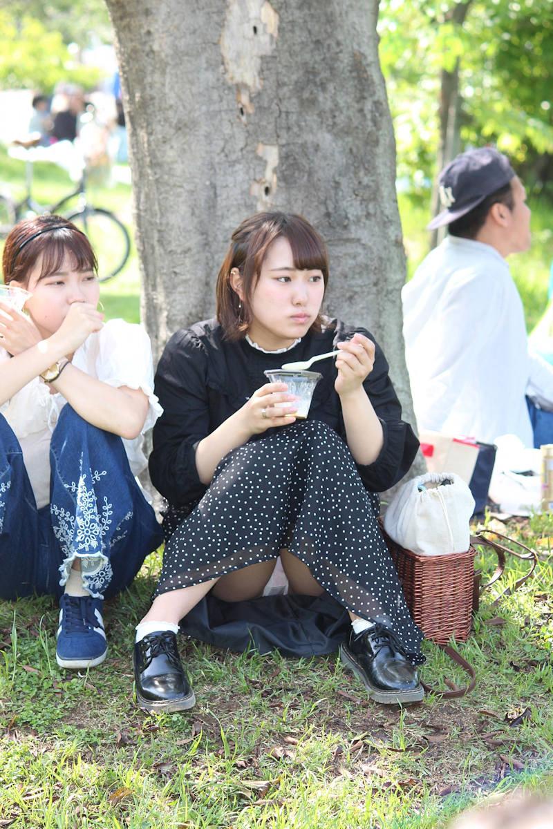 ロングスカート 座りパンチラ エロ画像 【22】