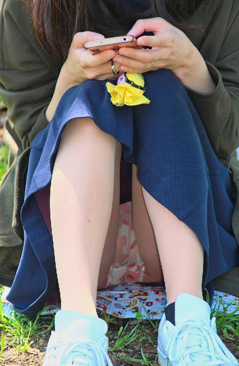 ロングスカート 座りパンチラ エロ画像 【25】