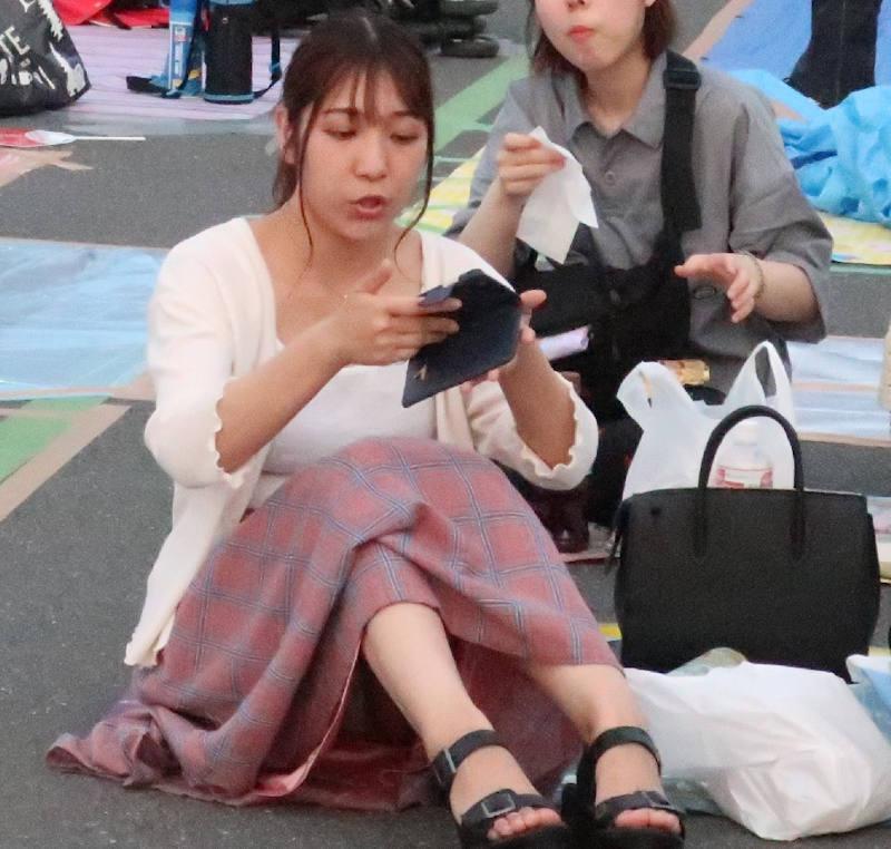 ロングスカート 座りパンチラ エロ画像 【33】
