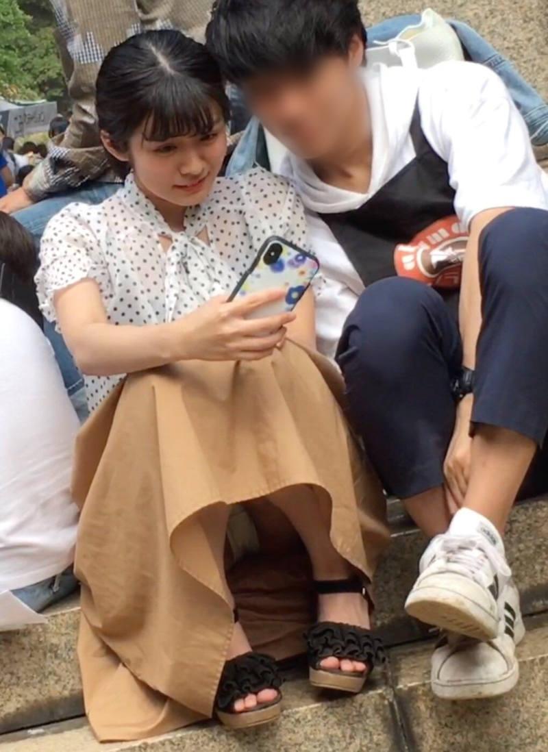 ロングスカート 座りパンチラ エロ画像 【39】