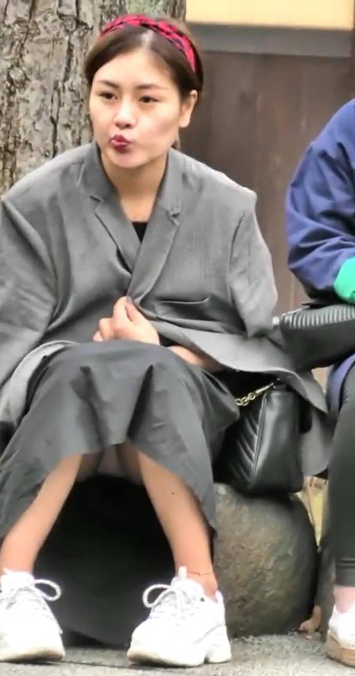 ロングスカート 座りパンチラ エロ画像 【41】