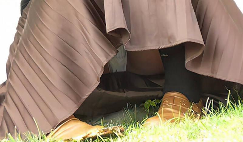 ロングスカート 座りパンチラ エロ画像 【43】