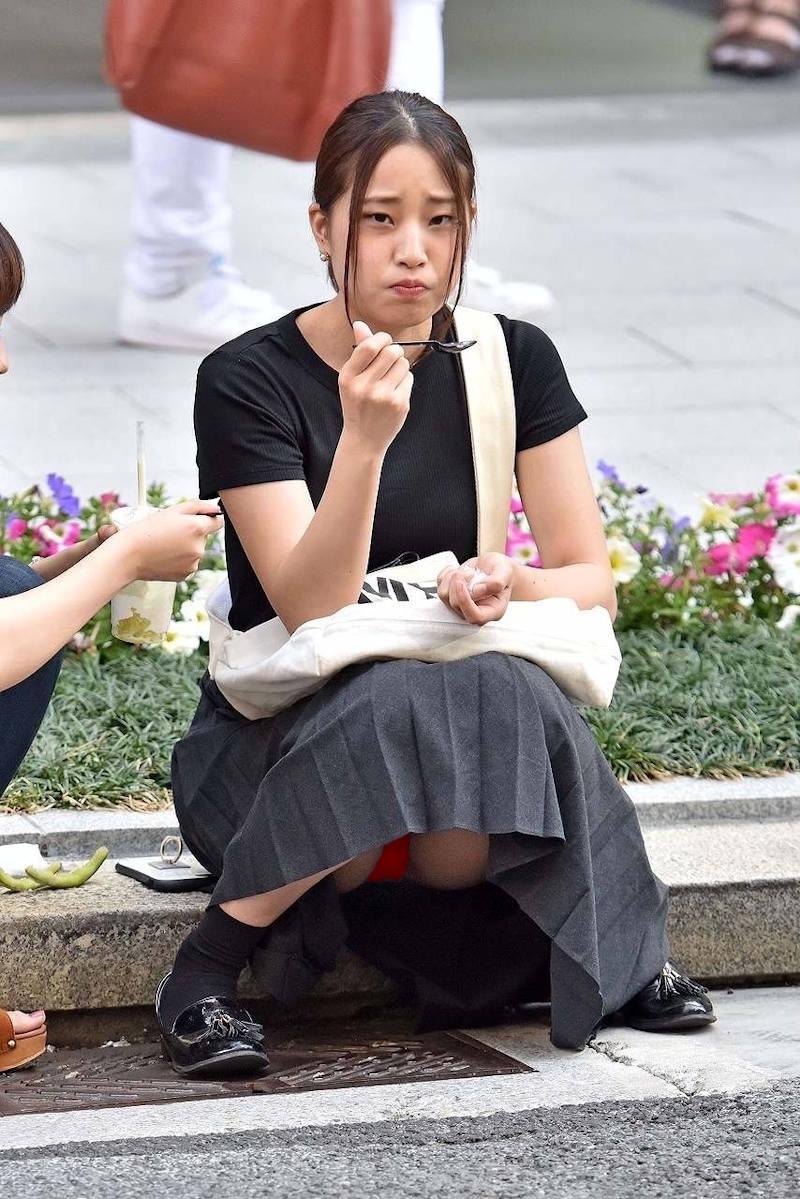 ロングスカート 座りパンチラ エロ画像 【47】
