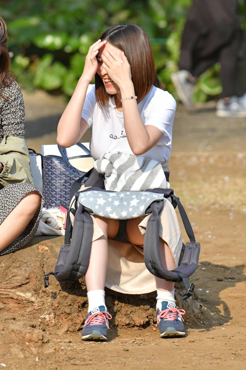 ロングスカート 座りパンチラ エロ画像 【48】