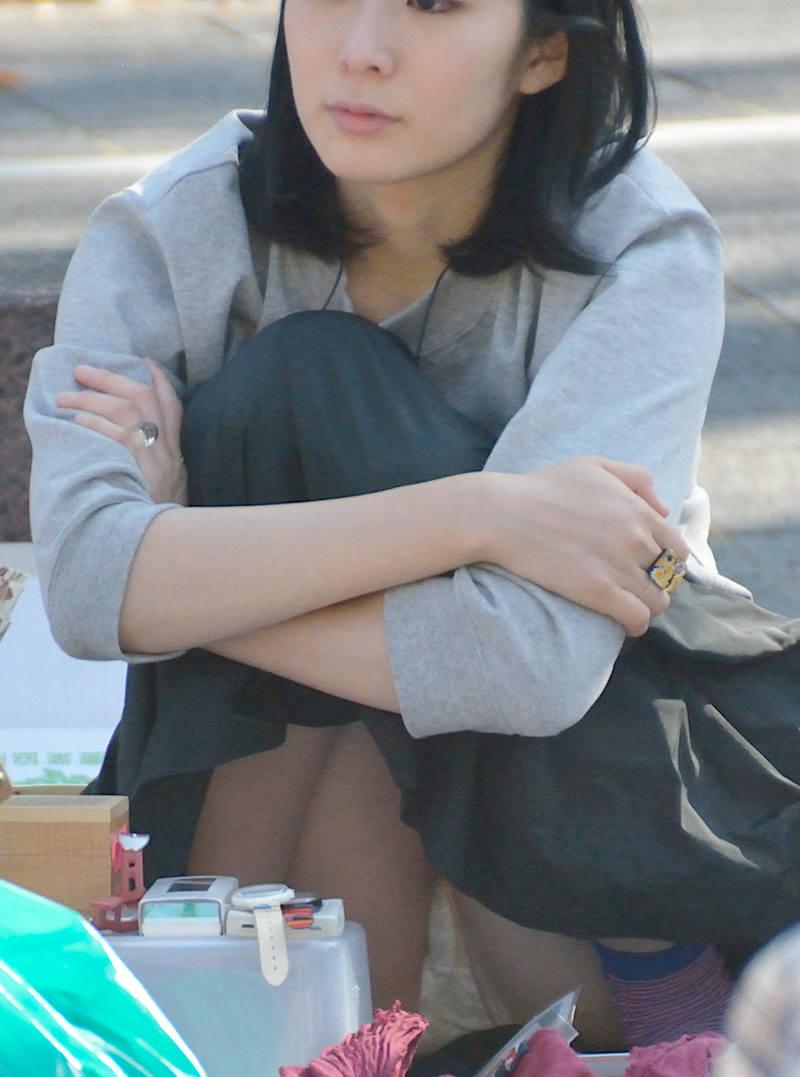 ロングスカート 座りパンチラ エロ画像 【54】
