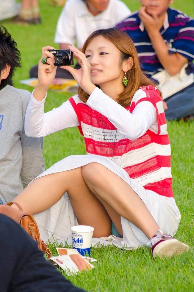 ロングスカート 座りパンチラ エロ画像 【65】