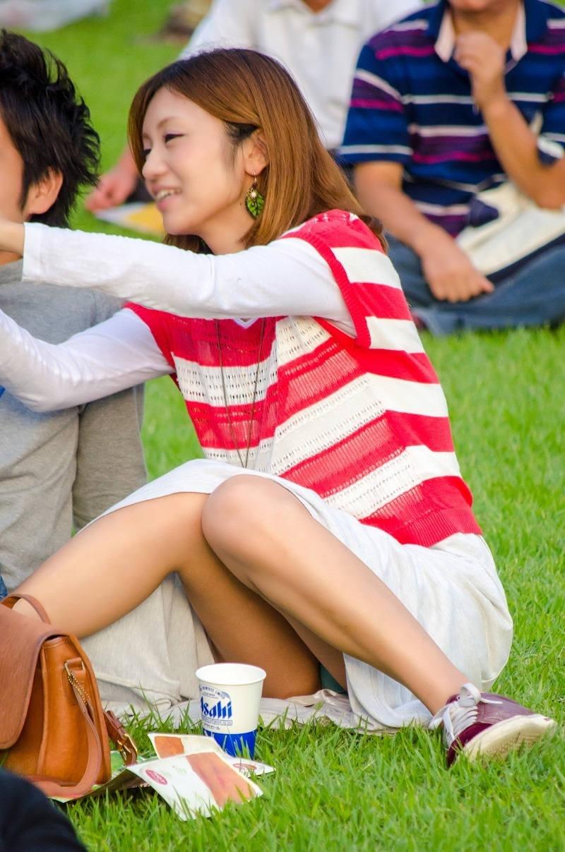 ロングスカート 座りパンチラ エロ画像 【68】
