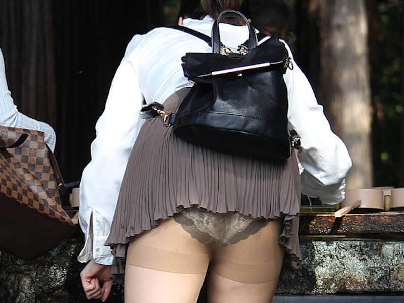 ミニスカ パンチラ パンツ ハミ出し エロ画像