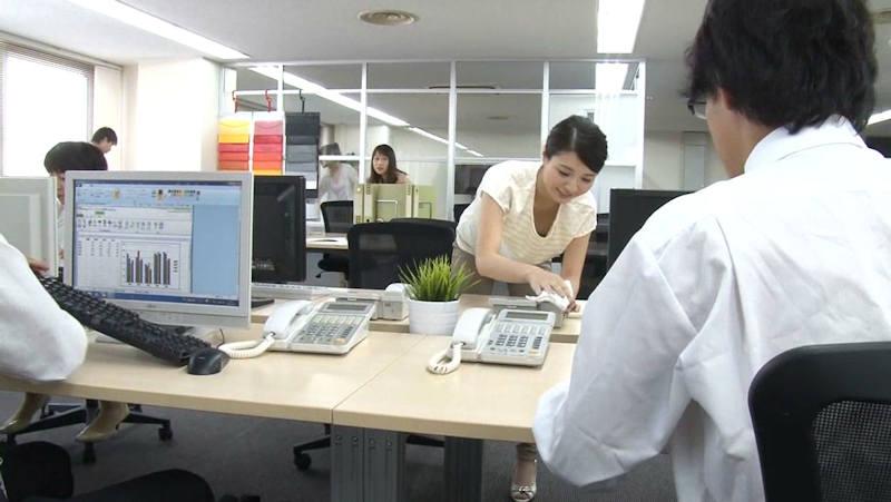 OL 胸チラ エロ画像 【4】