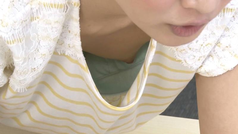 OL 胸チラ エロ画像 【5】
