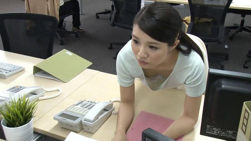 OL 胸チラ エロ画像 【7】