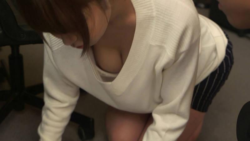 OL 胸チラ エロ画像 【8】