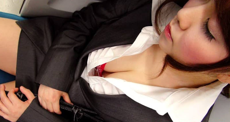 OL 胸チラ エロ画像 【11】