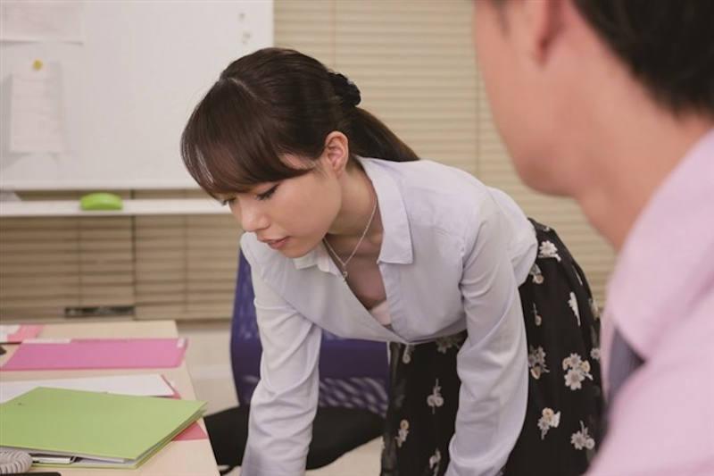 OL 胸チラ エロ画像 【30】