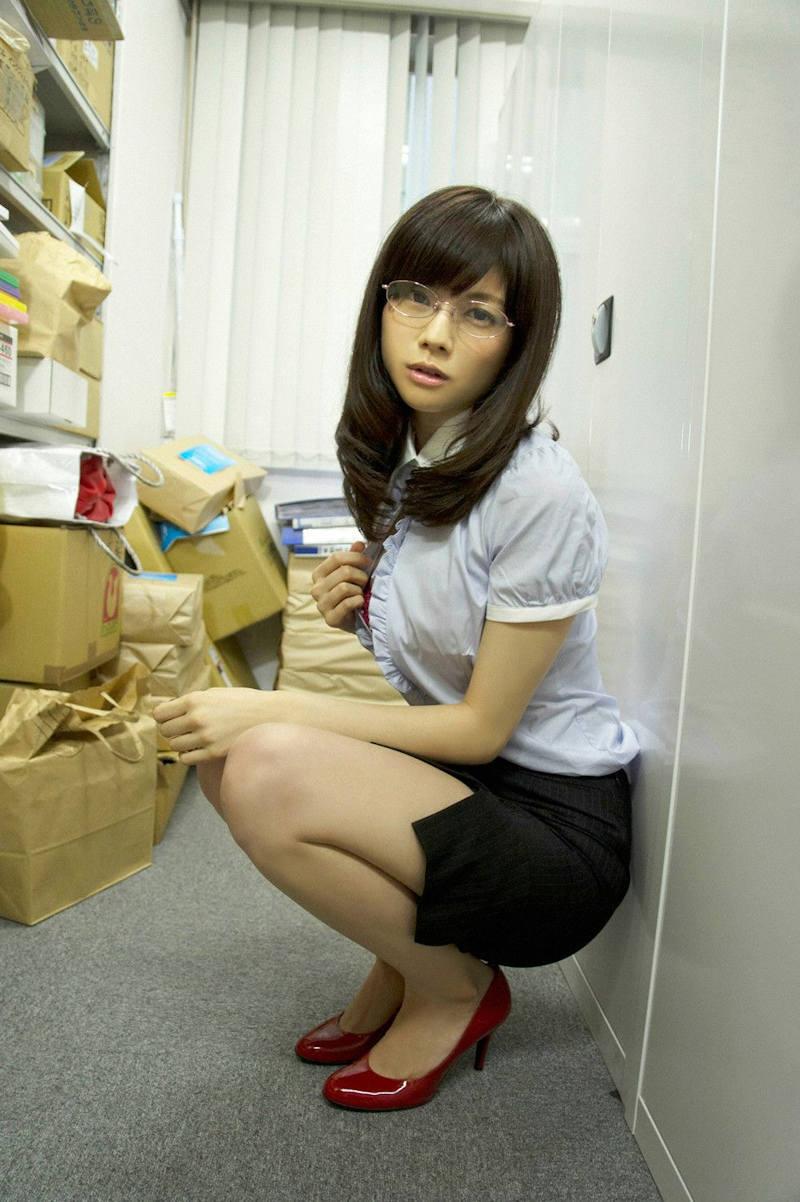OL 胸チラ エロ画像 【34】